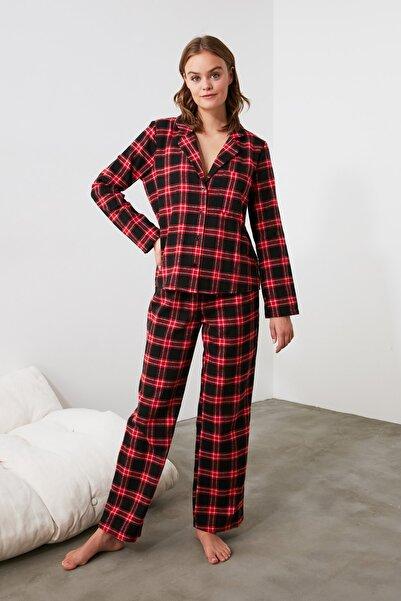 TRENDYOLMİLLA Kırmızı Ekoseli Dokuma Pijama Takımı THMAW21PT0438
