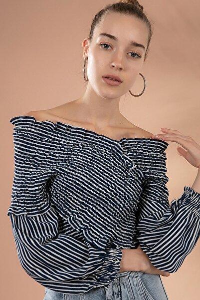Y-London Kadın Beyaz Lacivert Çizgili Fırfırlı Omuz Dekolteli Bluz Y20W181-8131
