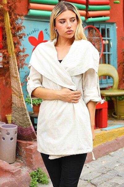 Neşeli Butik Kadın Beyaz Arkası Baskı Detaylı Trençkot Nb7022