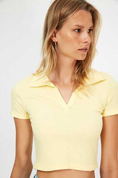 TRENDYOLMİLLA Sarı Polo Yaka Crop Fitilli Örme Bluz TWOSS21BZ0038