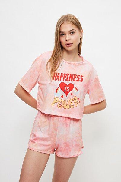 TRENDYOLMİLLA Batik Desenli Sloganlı Örme Pijama Takımı THMSS21PT1456