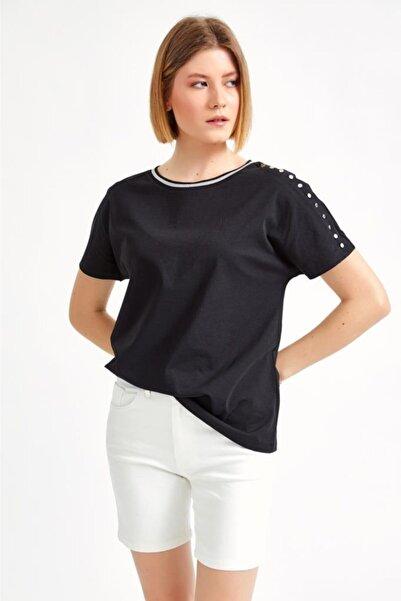 İKİLER Kadın Siyah Yakası Simli Şeritli Kolu Metal Düğmeli Kısa Kol Bluz 021-1009