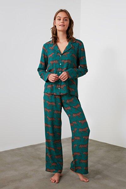 TRENDYOLMİLLA Zümrüt Yeşili Kaplan Baskılı Dokuma Pijama Takımı THMAW21PT0518