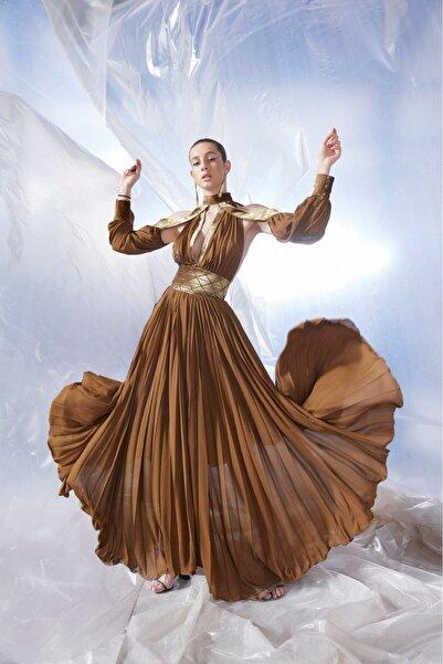 Tuba Ergin Kadın Kahverengi  Maxi Piliseli Kadife Korsaj Detaylı Seccra Elbise