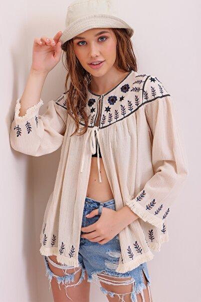 Trend Alaçatı Stili Kadın Bej Yakası Ve Etek Ucu Nakış İşlemeli Püskül Detaylı Krinkle Ceket ALC-X6731