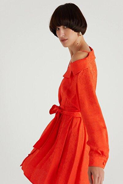 rue. Asimetrik Omuzlu Kuşaklı Narçiçeği Mini Elbise