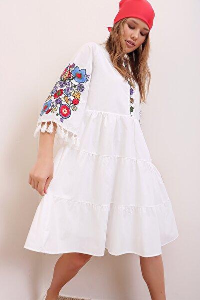 Trend Alaçatı Stili Kadın Beyaz Hakim Yaka Nakış İşlemeli Püskül Detaylı İçi Astarlı Poplin Elbise ALC-X6915