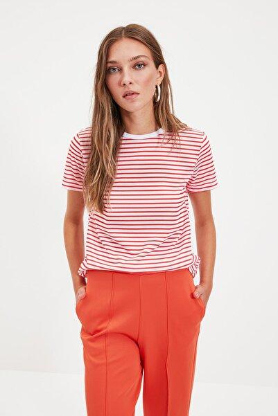 TRENDYOLMİLLA Kırmızı Çizgili Basic Örme T-Shirt TWOSS21TS0904
