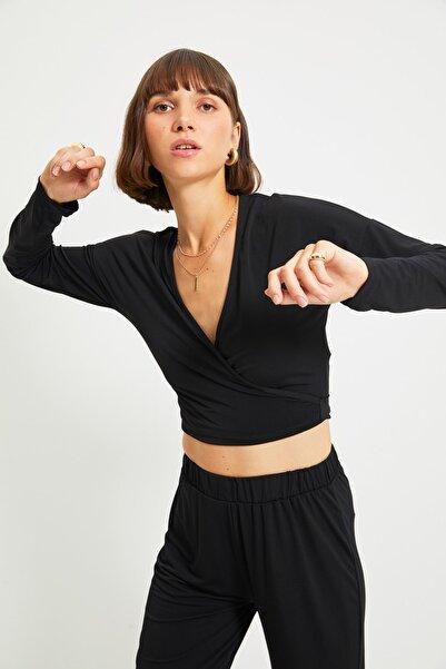 TRENDYOLMİLLA Siyah Kruvaze Crop Örme Bluz TWOAW22BZ0300