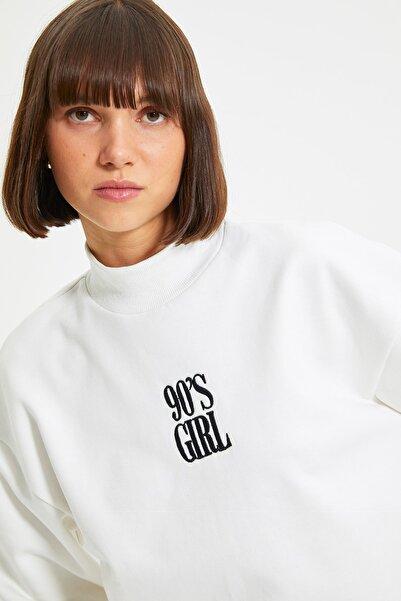 TRENDYOLMİLLA Beyaz Nakışlı Basic Örme Şardonlu Sweatshirt TWOAW21SW0019
