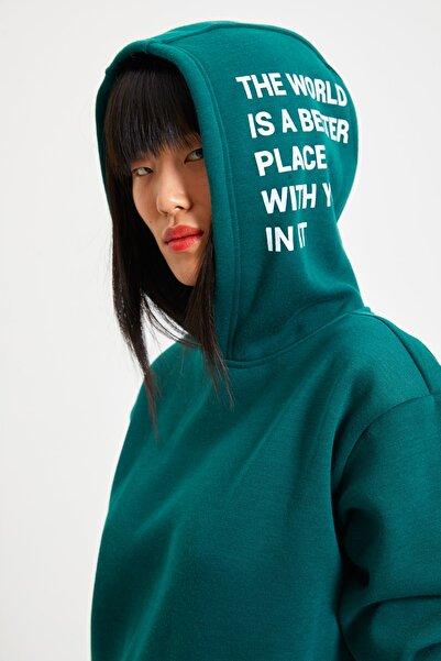 TRENDYOLMİLLA Zümrüt Yeşili Baskılı Şardonlu Boyfriend Kalın Örme İnce Sweatshirt TWOAW22SW0709