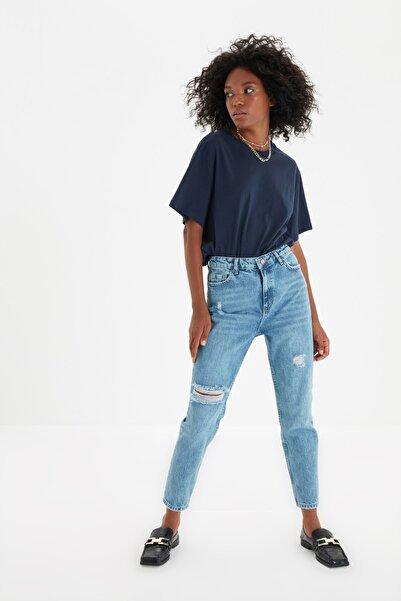 TRENDYOLMİLLA Koyu Mavi Yırtık Detaylı Yüksek Bel Mom Jeans TWOSS21JE0110