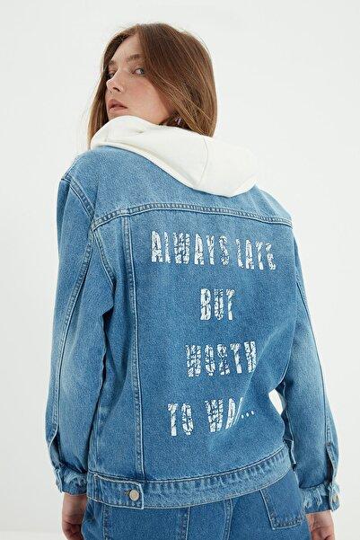 TRENDYOLMİLLA Mavi Arkası Baskı Detaylı Kapüşonlu Denim Ceket