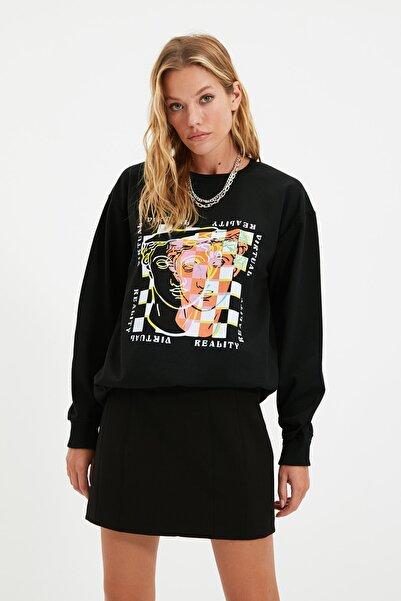 TRENDYOLMİLLA Siyah Baskılı Oversize Örme Sweatshirt TWOAW22SW0180