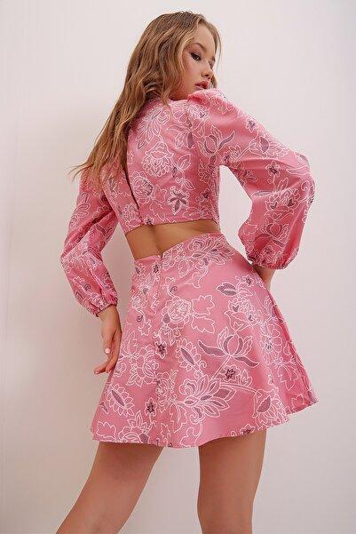 Trend Alaçatı Stili Kadın Pembe Nakış İşlemeli Çiçek Deseni Baskılı Sırt Ve Bel Dekolteli Mini Elbise ALC-X6999