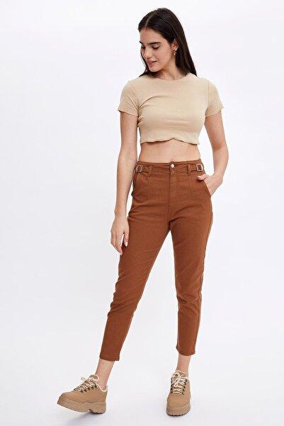 DeFacto Kadın Kahverengi Mom Fit Kemer Detaylı Dokuma Pantolon