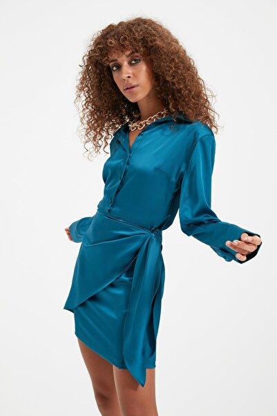 TRENDYOLMİLLA Zümrüt Yeşili Bağlama Detaylı Saten Elbise TPRAW22EL1230