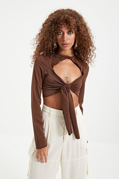 TRENDYOLMİLLA Kahverengi Super Crop Bağlama Detaylı Örme Bluz TWOAW22BZ0501