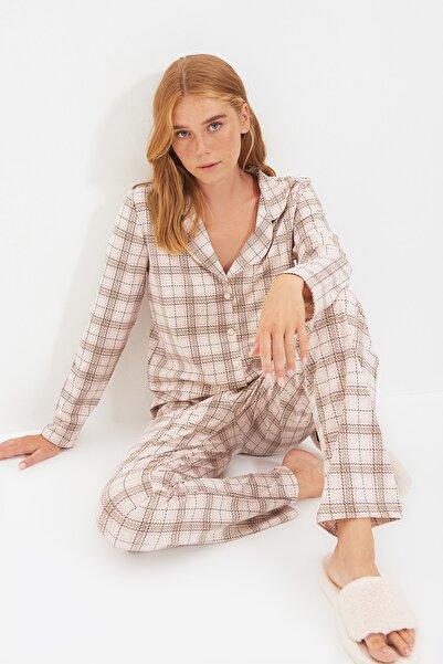 TRENDYOLMİLLA Bej Ekoseli Gömlek Pijama Takımı THMAW20PT0266