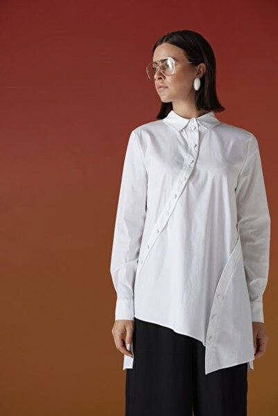 Al-Marwah Kadın Beyaz Asimetrik Düğme Detaylı Gömlek
