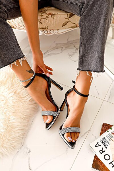Limoya Kadın Siyah Rugan Taş Detaylı Tek Bant İnce Topuklu Sivri Sandalet
