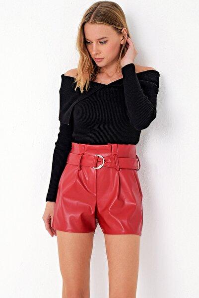 Trend Alaçatı Stili Kadın Kırmızı Kendinden Kemerli Suni Deri Premıum Şort ALC-X5101