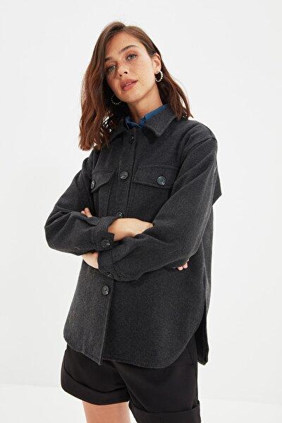 TRENDYOLMİLLA Siyah Çift Cepli Oversize Kalın Gömlek Ceket TWOAW22CE0172