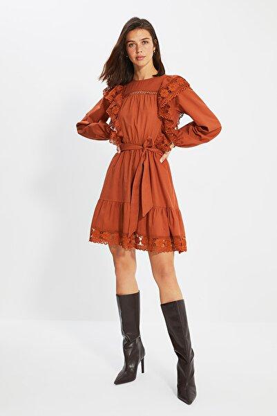 TRENDYOLMİLLA Camel Kuşaklı Dantel Detaylı Elbise TWOAW22EL0443