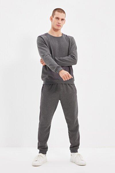 TRENDYOL MAN Antrasit Erkek Micro Detaylı Regular Fit Panelli Eşofman Takımı TMNAW21EM0038