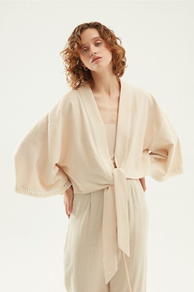 Quzu Arkası Nakışlı Püsküllü Kimono Bej