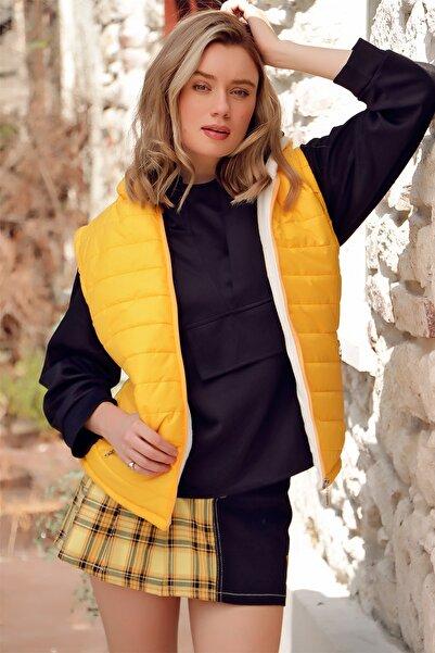 Trend Alaçatı Stili Kadın Sarı Kapüşonlu Çift Cepli Paraşüt Kumaş Termal Şişme Yelek ALC-X7179