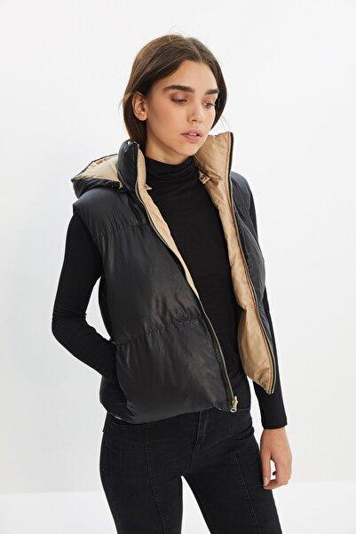 TRENDYOLMİLLA Siyah Çıkabilen Kapüşonlu Çift Yönlü Giyilebilir Şişme Yelek TWOSS21YE0034