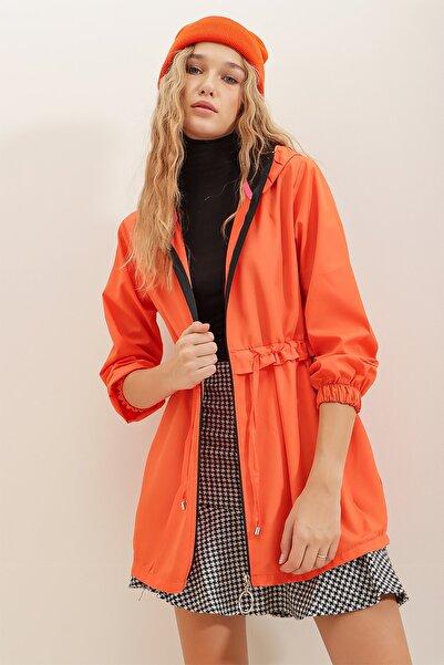 Trend Alaçatı Stili Kadın Turuncu Kapüşonlu Beli Büzgülü Fermuarlı Paraşüt Kumaş Trençkot ALC-X7214