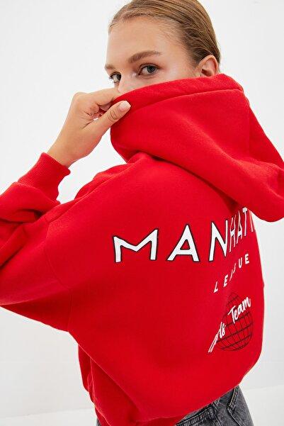 TRENDYOLMİLLA Kırmızı Sırt Baskı Detaylı Kapüşonlu Crop Örme Şardonlu Sweatshirt TWOAW22SW0711