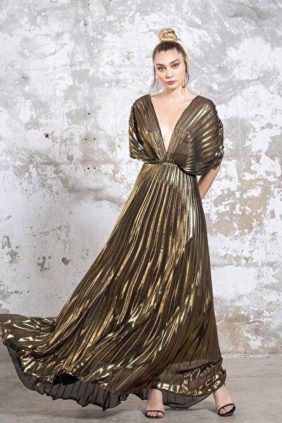 Tuba Ergin Metalik Gold Piliseli Maxi Kelly Gece Elbisesi