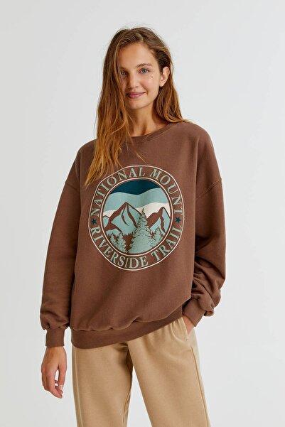 Pull & Bear Kahverengi Grafik Dağ Desenli Sweatshirt