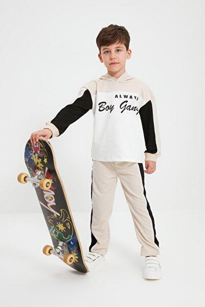 TRENDYOLKIDS Bej Renk Bloklu Baskılı Erkek Çocuk Örme İnce Alt-Üst Takım TKDAW22AU0183
