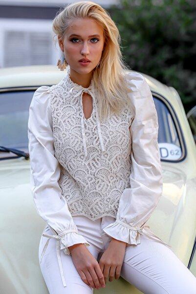 Chiccy Kadın Bej Dik Yaka Dantelli Ön Bedeni Astar Detaylı Kolu Dokuma Biye Detaylı Bluz M10010200BL94863