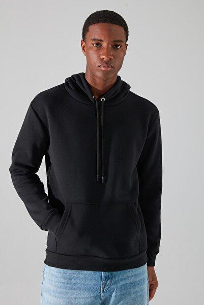 TRENDYOL MAN Siyah Erkek Regular Fit Kapüşonlu Uzun Kollu Kanguru Cepli Sweatshirt TMNAW20SW0163