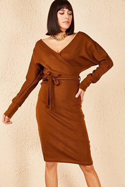 Bianco Lucci Kadın Taba Kuşaklı Ön Arka Kruvaze Yaka Akrilik Elbise 10171003