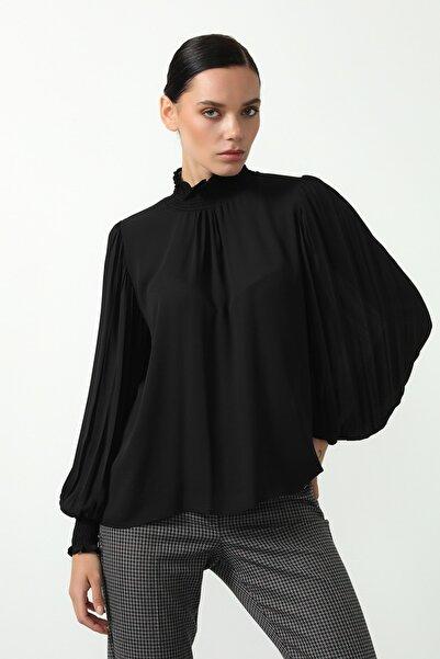 Gusto Kadın Siyah Kolu Piliseli Bluz 21KG002501