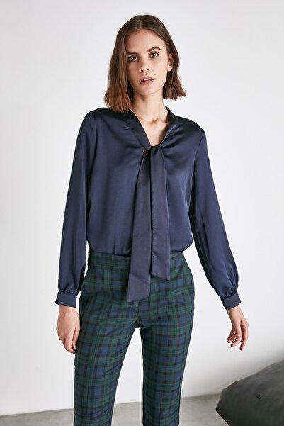 TRENDYOLMİLLA Lacivert Bağlama Detaylı Bluz TWOAW21BZ1492