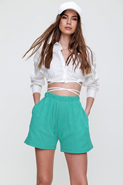 Trend Alaçatı Stili Kadın Koyu Yeşil Pamuklu Bermuda Şort ALC-X6028
