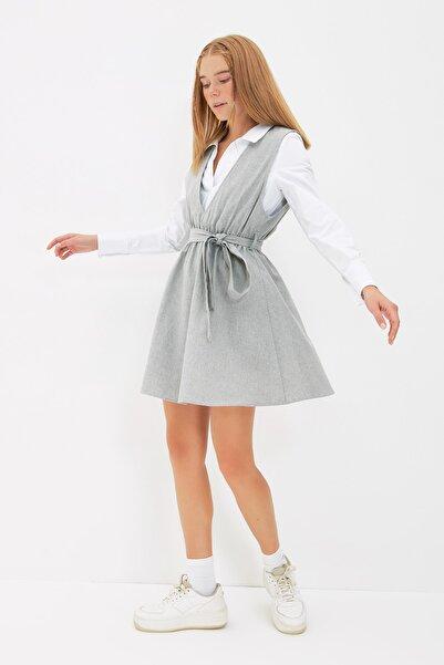 TRENDYOLMİLLA Gri Kuşaklı Gömlek Detaylı Jile Elbise TWOAW22EL1300