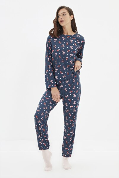 TRENDYOLMİLLA Lacivert Yılbaşı Temalı Örme Pijama Takımı THMAW22PT1014
