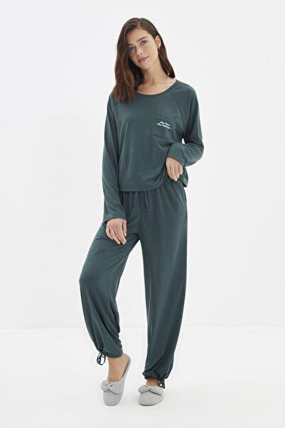 TRENDYOLMİLLA Yeşil Yılbaşı Temalı Baskılı Örme Pijama Takımı THMAW22PT0766