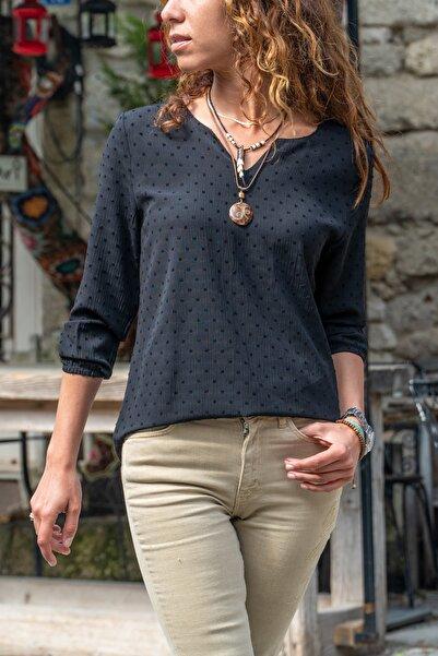 Güneşkızı Kadın Sıyah Yakası Yırtmaçlı Özel Dokulu Bluz GK-BST2841