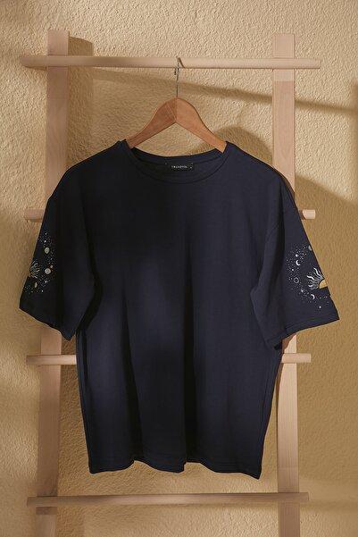 TRENDYOLMİLLA Lacivert Baskılı Loose Kalıp Örme T-Shirt TWOSS20TS1247