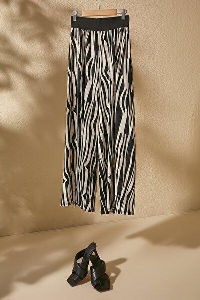 TRENDYOLMİLLA Siyah Zebra Desenli Örme Pantolon TWOSS20PL0463