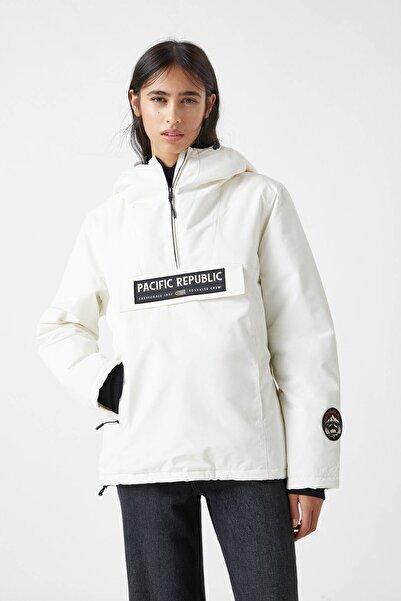 """Pull & Bear Kadın Beyaz """"Pacific Republic"""" Logo Baskılı Kanguru Mont 09710424"""